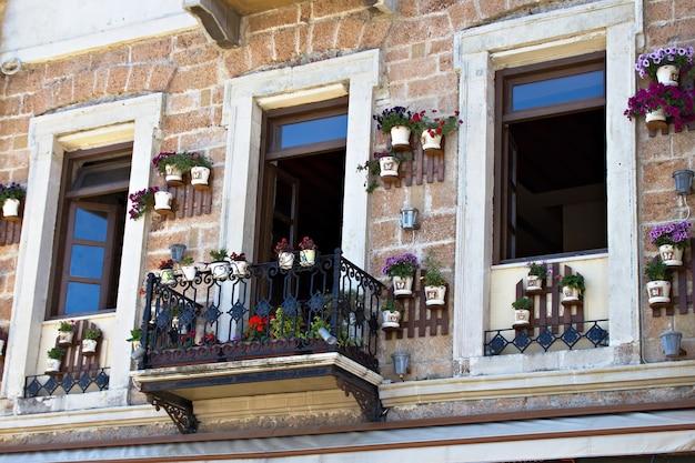 Ładny grecki balkon i doniczki na wyspie kreta, grecja