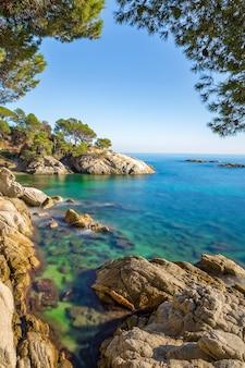 Ładny krajobraz hiszpańskiego wybrzeża w costa brava, playa de aro