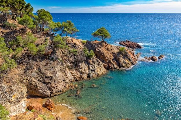 Ładny krajobraz z wybrzeża costa brava w hiszpanii, la fosca