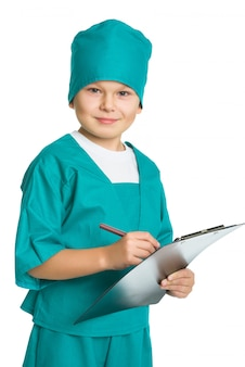Ładny lekarz chłopiec ze schowka medycznego