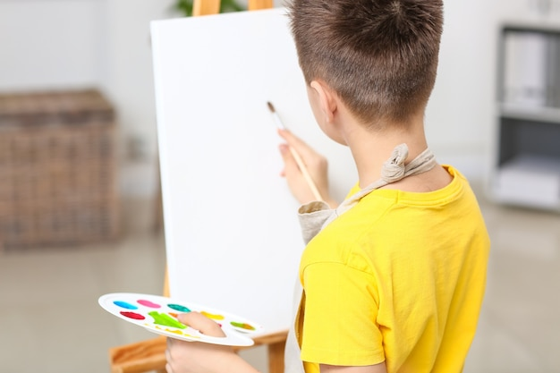 Ładny mały artysta malujący w domu