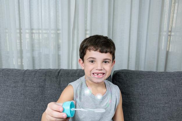 Ładny mały chłopiec co baniek mydlanych