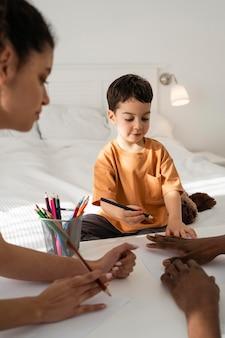 Ładny mały chłopiec rysuje rękę ojca