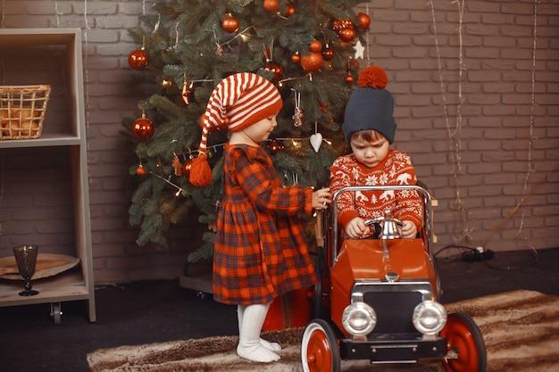 Ładny mały chłopiec w czerwonym swetrze.