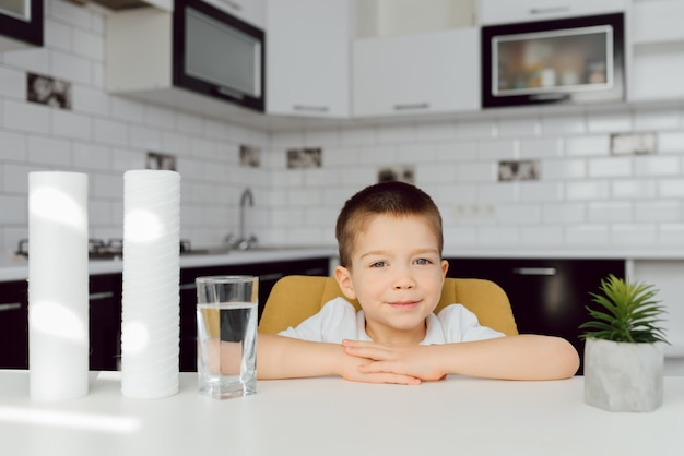 Ładny mały chłopiec w domu portret