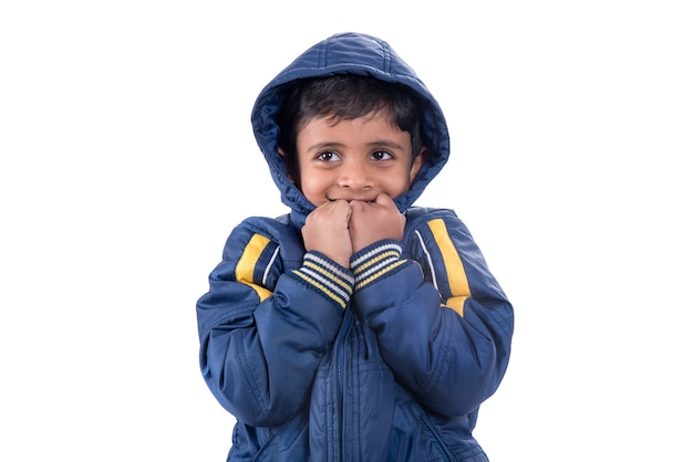Ładny mały chłopiec w płaszcz zimowy na białym tle