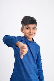 Ładny mały chłopiec z dudniącym gestem na białym tle