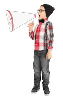 Ładny mały chłopiec z papierowym megafonem na białym tle