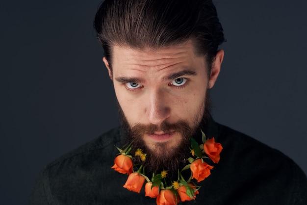 Ładny mężczyzna dekorowanie w mieście kwiaty romans prezent