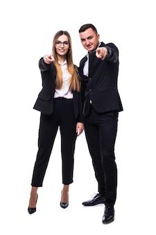 Ładny mężczyzna i kobieta w czarnym apartamencie pokazują coś w aparacie