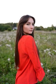 Ładny młoda kobieta portret w czerwieni ubraniach