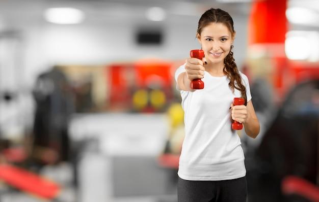 Ładny młodej kobiety trening w gym