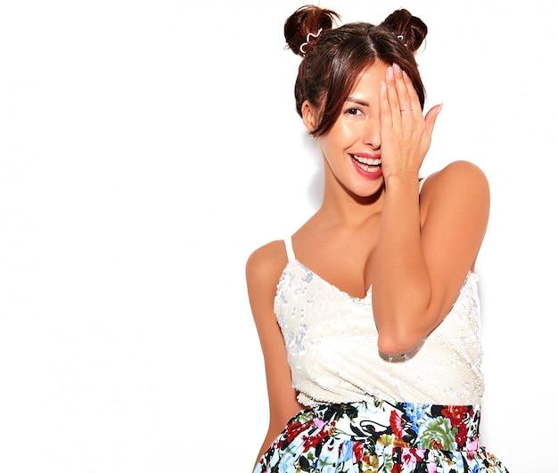 Ładny model brunetka zasłaniając twarz ręką