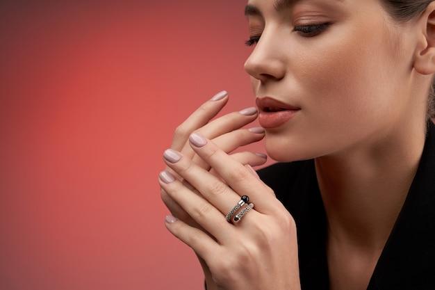 Ładny model demonstrujący kosztowną biżuterię