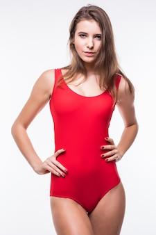 Ładny model ladyin czerwony apartament pływacki na białym tle