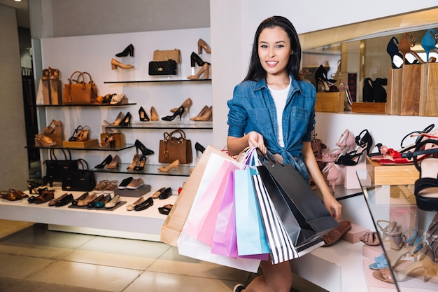 Ładny model w sklepie z butami z torbami