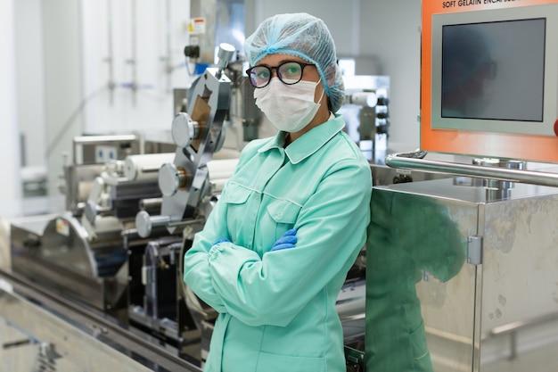 Ładny naukowiec stojący w pobliżu panelu sterowania