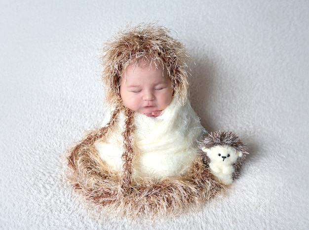 Ładny noworodka w stroju jeża