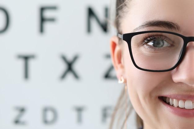 Ładny okulista w klinice
