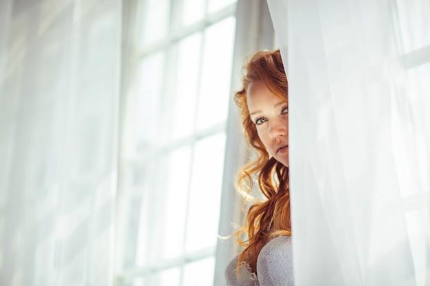 Ładny portret pięknej i delikatnej oblubienicy w godzinach porannych