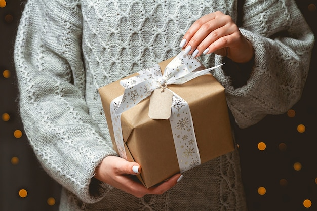Ładny prezent na boże narodzenie w rękach kobiet