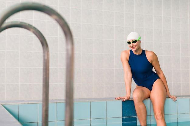 Ładny profesjonalny pływak pozowanie