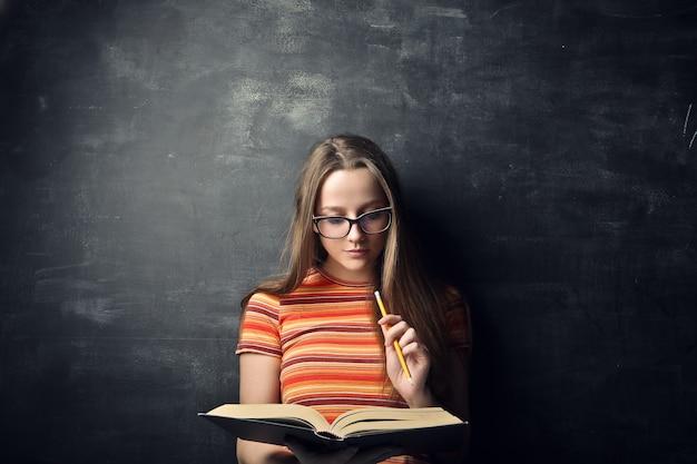 Ładny studencki dziewczyny studiowanie