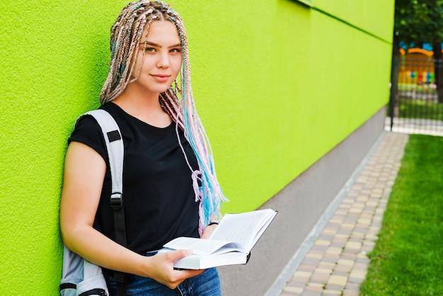 Ładny student pozuje na uniwersytecie