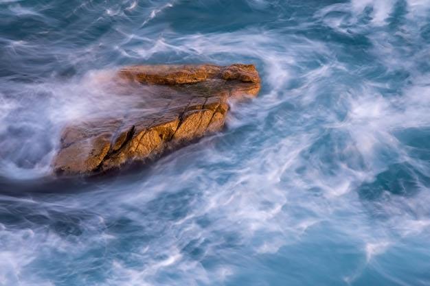 Ładny szczegół hiszpańskiego wybrzeża na costa brava, palamos