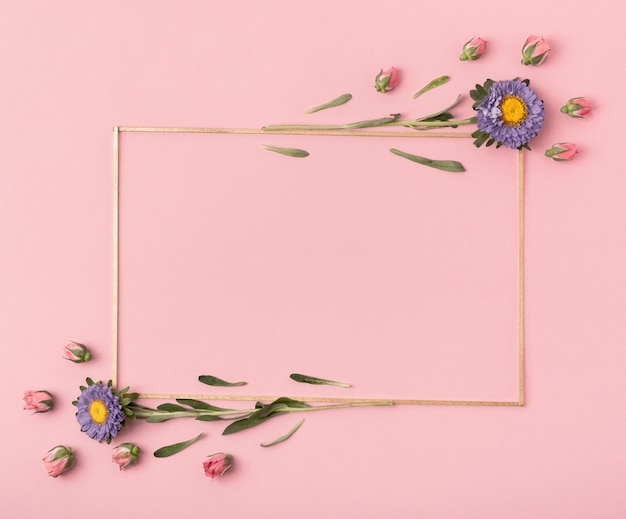 Ładny układ poziomej ramki z kwiatami na różowym tle