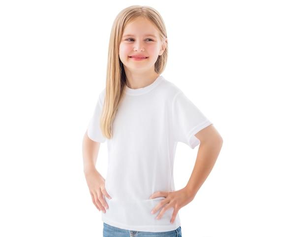 Ładny uśmiechający się mała dziewczynka w białej koszulce na białym tle na białym tle