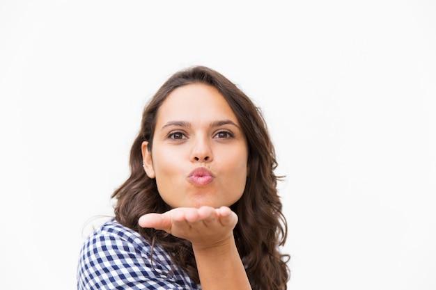 Ładny wesoły kobieta łacińskiej dmuchanie pocałunek