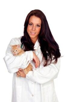 Ładny weterynarz z uroczym kotkiem
