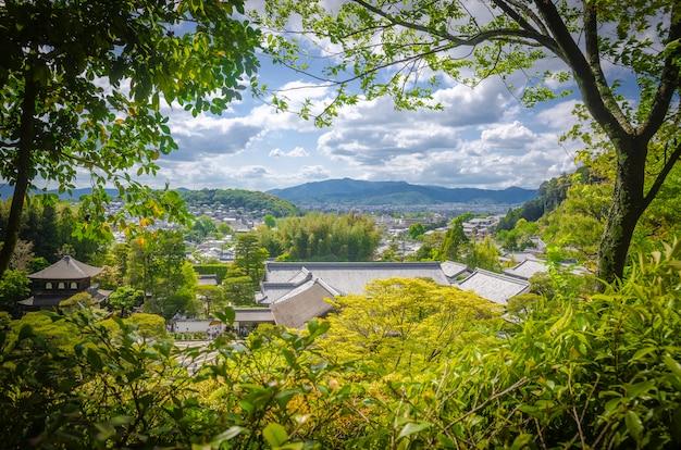 Ładny widok kioto przez drzewa. kioto. japonia.