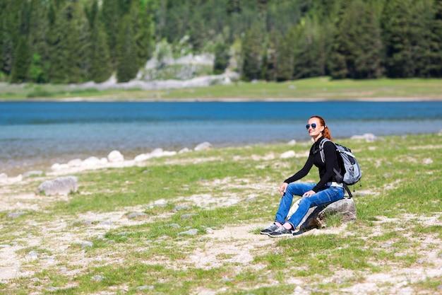 Ładny widok na błękitne jezioro i góry
