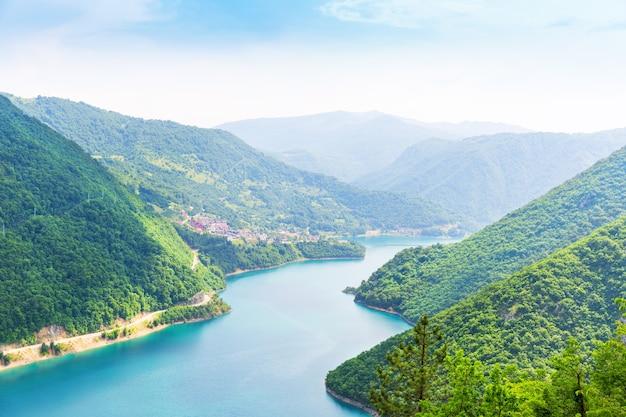 Ładny widok na błękitne morze i góry