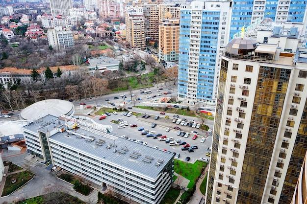 Ładny widok na miasto z wieżowcami miasta odessa