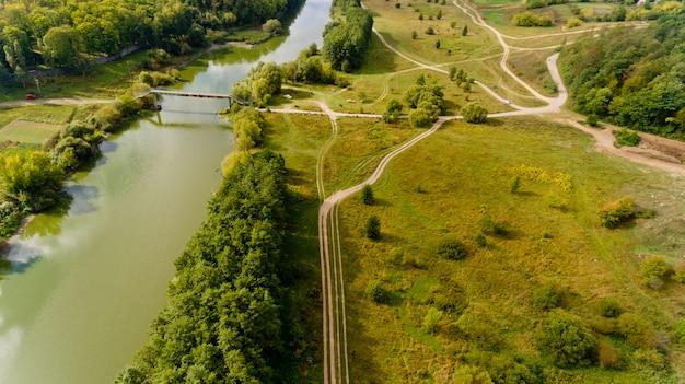 Ładny widok na most i rzekę. widok z lotu ptaka.