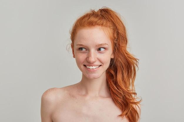 Ładny wygląd kobiety, piękna ruda dziewczyna z piegami i ogonem kucyka