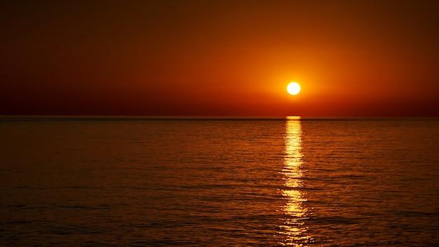 Ładny zachód słońca nad morzem czarnym w soczi w rosji