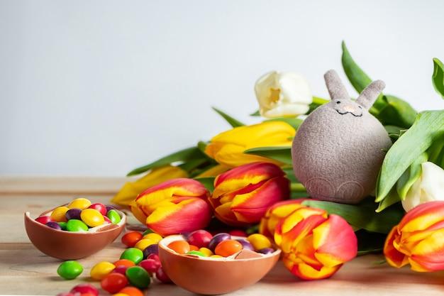 Ładny zajączek i czekoladowe jajka
