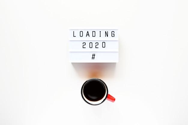 Ładowanie 2020 z filiżanką kawy