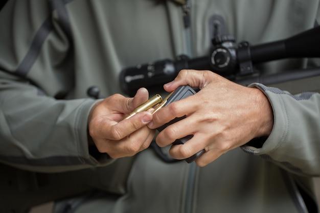 Ładowanie amunicji do klipu. przeładowywanie broni