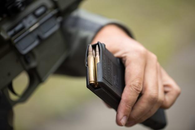 Ładowanie amunicji do magazynka. przeładowywanie broni