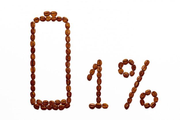 Ładowanie baterii 1% ziaren kawy na białym tle.