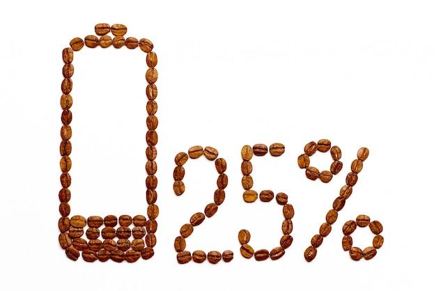 Ładowanie baterii 25% ziaren kawy na białym tle.