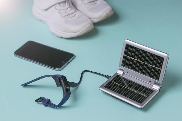 Ładowanie bransoletki fitness ze źródła energii słonecznej. wykorzystanie energii słonecznej. technologia przyszłości.