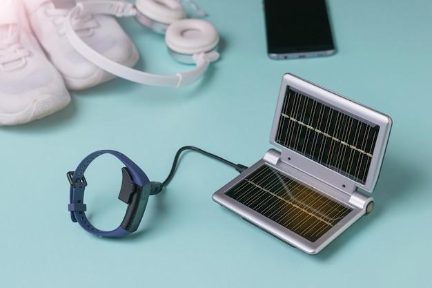 Ładowanie inteligentnej bransoletki przed treningiem z urządzenia zasilanego energią słoneczną