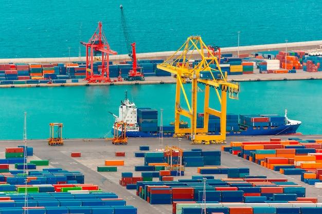 Ładowanie kontenerów na morski statek towarowy, barcelona