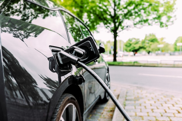 Ładowanie nowoczesnego samochodu elektrycznego na ulicy.